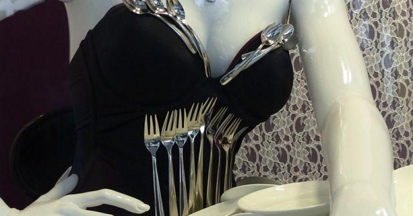 dekolte-cleavage-porselanini-koukla-pirounia-koutalia-piata