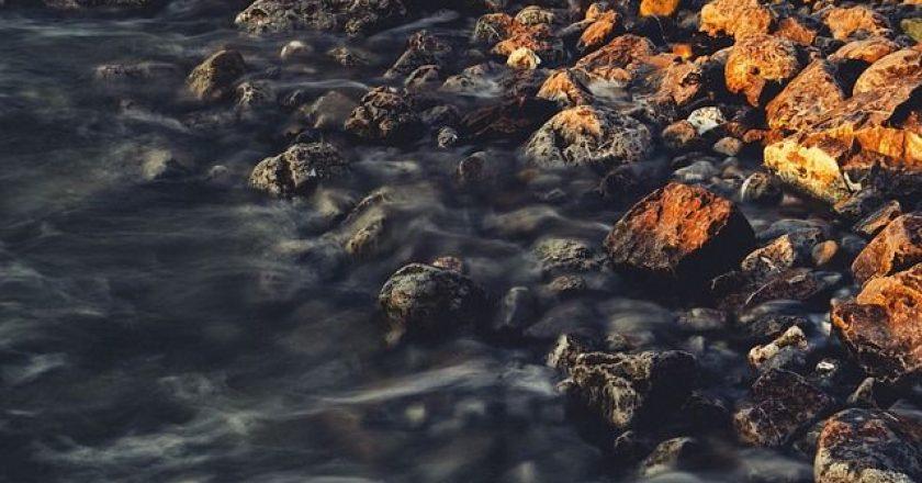 potami-petres-oxthi-nero