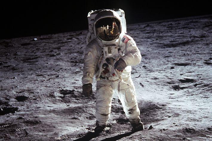 moon-landing-selini-astronautis-diastima-feggari