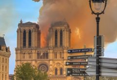 Panagia-twn-Parisiwn-Notre-Dame-fwtia-fire-by-Milliped by Milliped [CC BY-SA 4.0 (https://creativecommons.org/licenses/by-sa/4.0)]