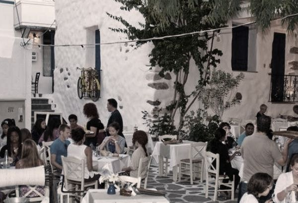 tourismos-touristes-nisi-kyklades