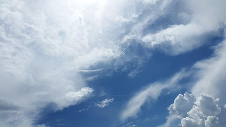 ouranos-synnefa-sky-galazio-leyko-nefos