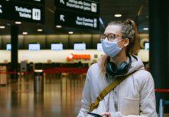 gynaika-taksidi-aerodromio-airport-tourism-maska-corona-virus