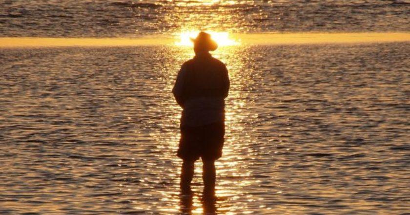 thalassa-ilios-iliovasilema-man-koitazei-paralia-sunset